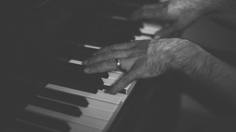 25294 playing piano 01